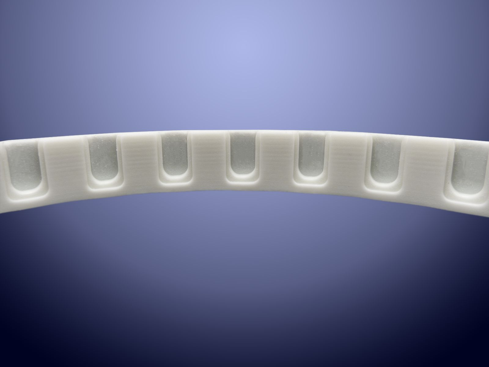 Cinghia dentata con lavorazioni per il trasporto di componenti nel settore medicale
