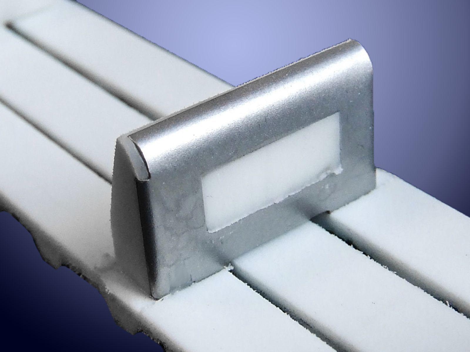 La parte metallica del tassello riduce il consumo precoce del sistema di trasporto scatole