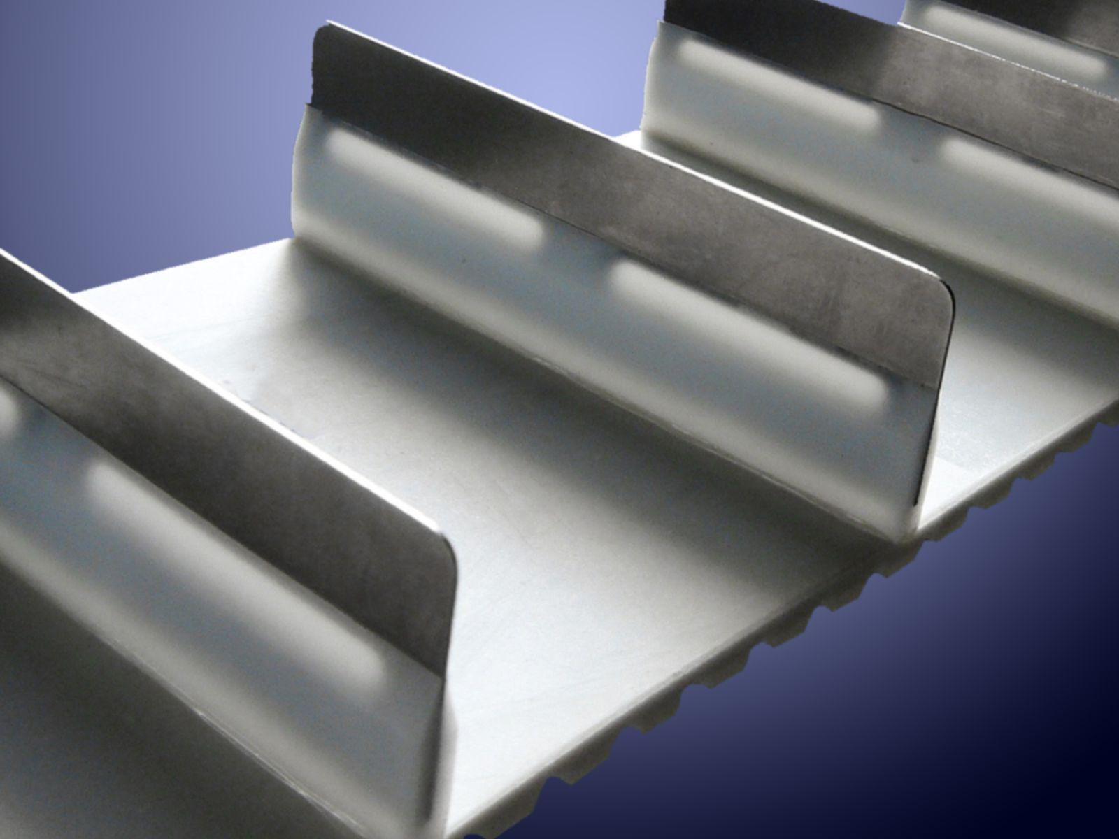 I lamierini in acciaio armonico sono inseriti nei tasselli al fine di renderli più sottili e più rigidi
