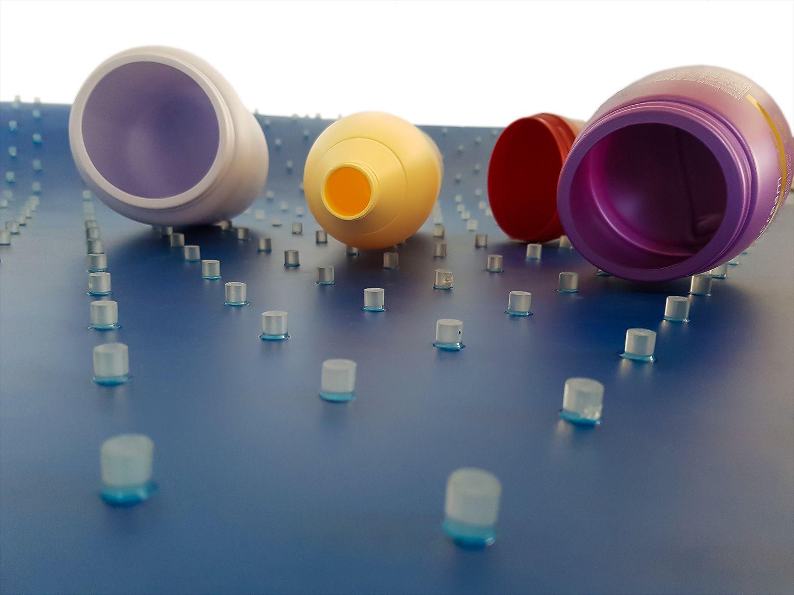 Nastro per il trasporto di contenitori utilizzato nel settore dell'industria cosmetica